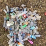 Een berg plastic flessen gevonden op een tracé van 100 meter langs de Maas bij Maastricht