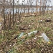 Zwerfafval wat langs de rivieren gevonden wordt. Een veel gevonden item: kleine plastic flessen.