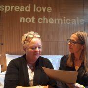 Directeur Maria Westerbos (l) ontvangt haar testresultaten van Annelies den Boer (Tegengif)