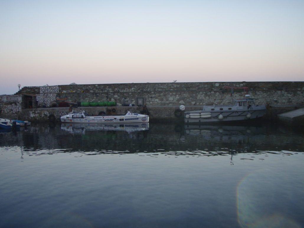 De Waterfiets bij het gevangeniseiland ligt achter de patrouilleboot van de polizia penitenziaria.